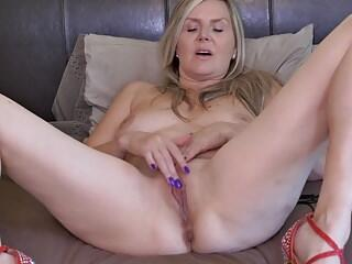 Canadian mom Velvet Skye needs a good sex